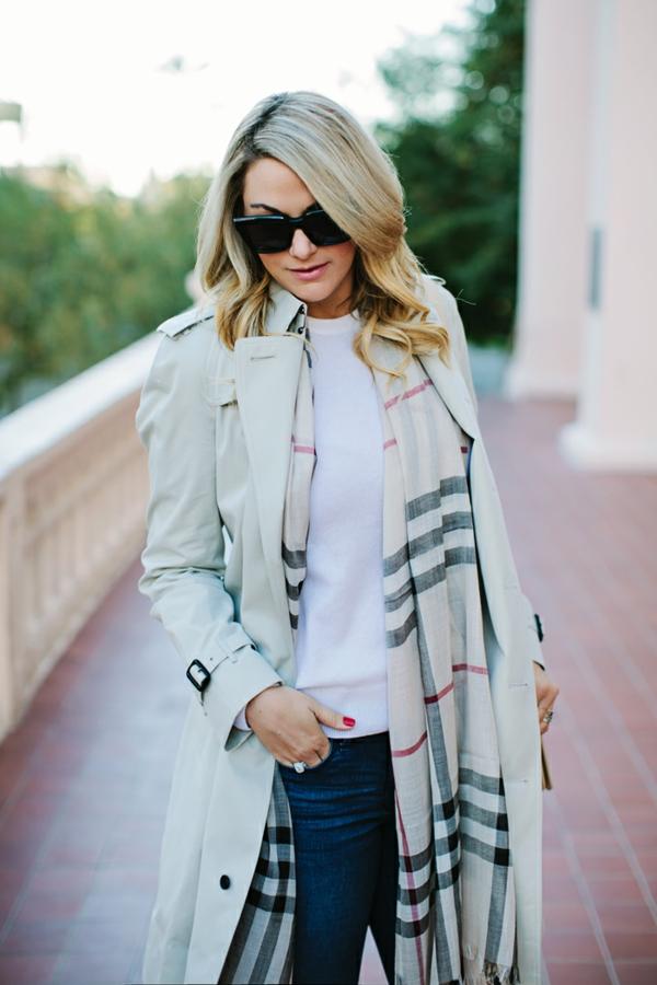 écharpe-burberry-feminine-chique-blonde-lunettes-de-soleil-trench-coat