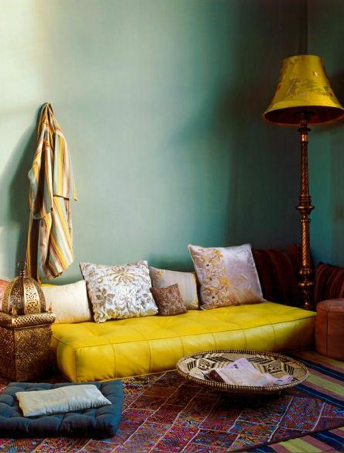 canapé-cuir-jaune-lampe-jaune-salon-commode-tapis-coloré-coussins
