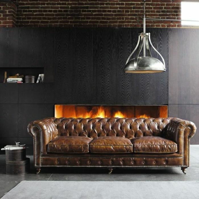 canapé-cuir-marron-cheminée-murs-noir-tapis-gris-carrelage-gris-canapé-marron