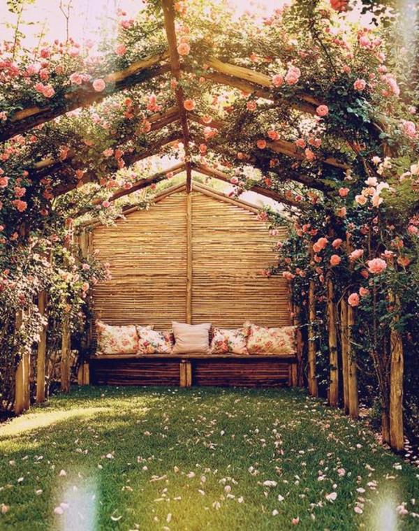 canapé-en-bois-jardin-fleurs-roses-pelouse