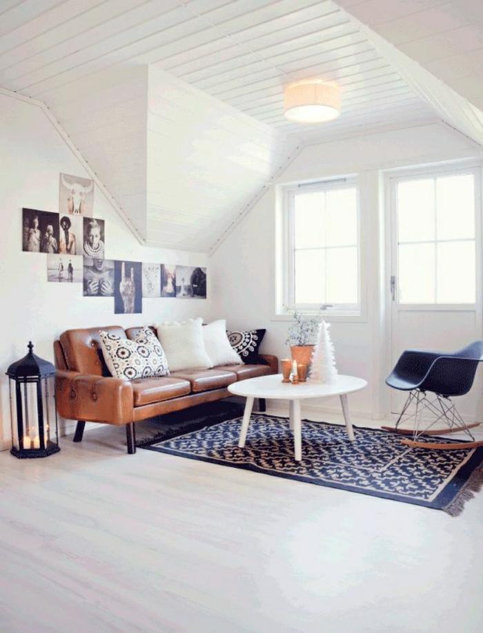 canapé-en-cuir-brun-salon-mansardé-tapis-noir-murs-blanc-lumière