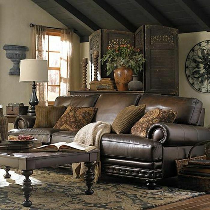 canapé-en-cuir-de-couleur-brun-tapis-coloré-salon-mansardé-fleurs-murs-blancs