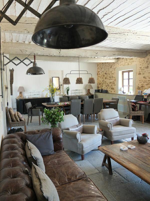 canapé-en-cuir-marron-plantes-vertes-salle-de-séjour-salon-table-basse-en-bois