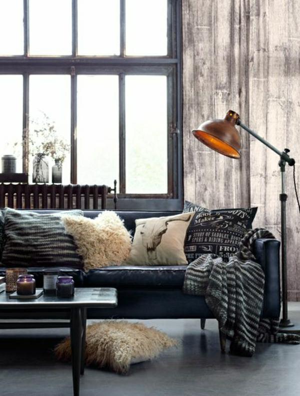 canapé-en-cuir-noir-lampe-de-lecture-mobilier-industriel-grande-fenetre