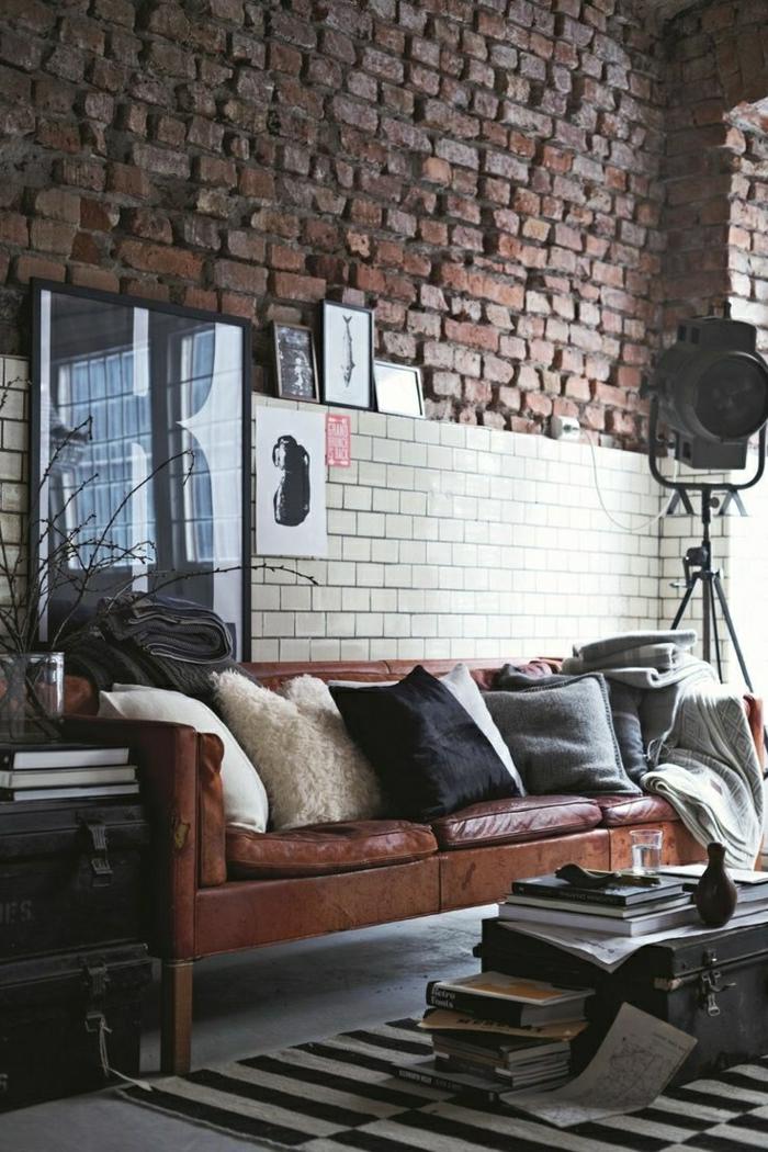 canapé-en-cuir-salon-en-cuir-coussins-décoratifs-peinture-décoration-murale-mur-de-briques