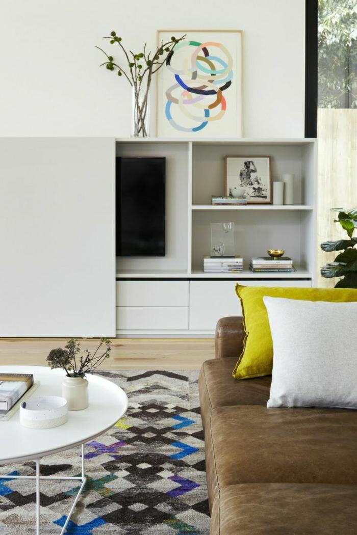 canapé-en-cuir-tapis-coloré-coussins-colorés-jaune-blanc-canapé-beige
