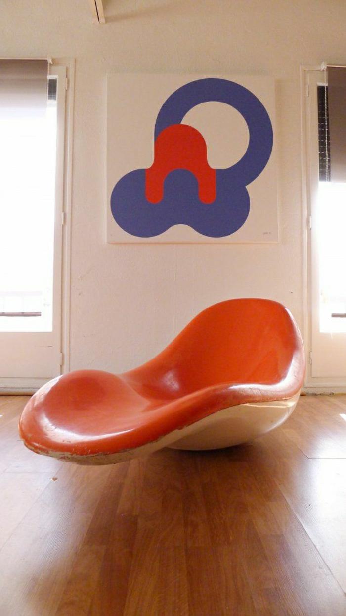 canapé-en-plastique-orange-une-chaise-insolite-sol-en-lin-chaise-berçante