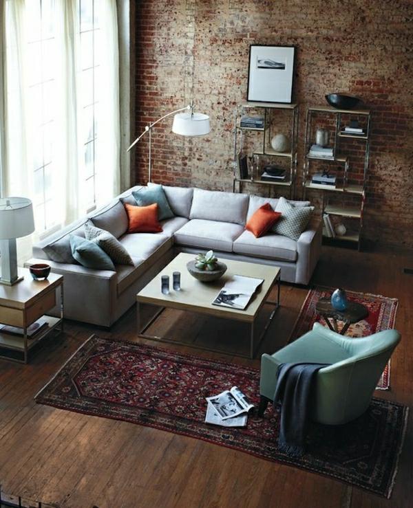 canapé-gris-coussins-colorés-fauteuil-tapis-coloré-sol-en-parquet