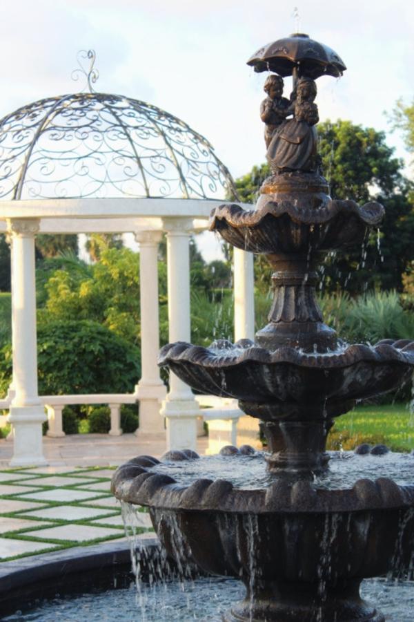 cascade-décoratif-cour-jardin-pelouse-kiosque-bois-blanc