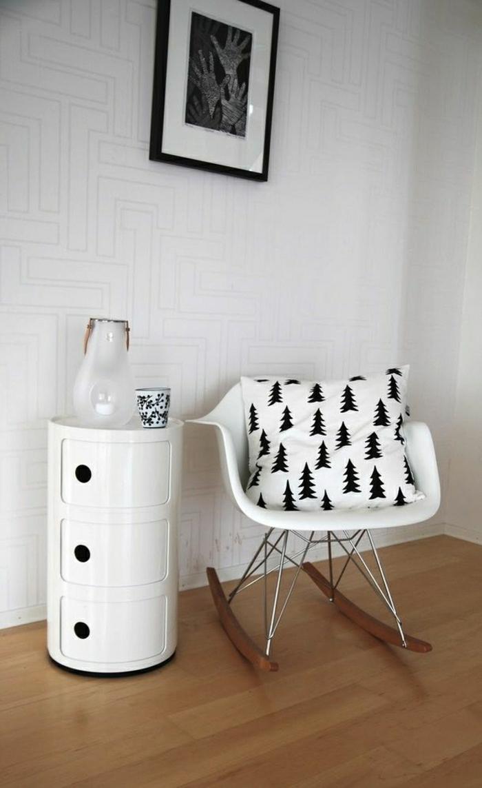 chaise-berçante-chaise-plastique-blanche-mur-blanc-deco-blanc-noir-sol-en-parquet