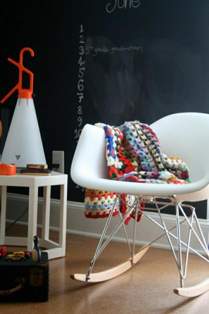 chaise-berçante-chaise-plastique-blanche-mur-noir-sol-en-lin