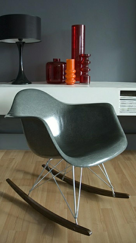 chaise-berçante-chaise-plastique-grise-sol-en-parquet-chaise-de-salon-fauteuil-de-salon
