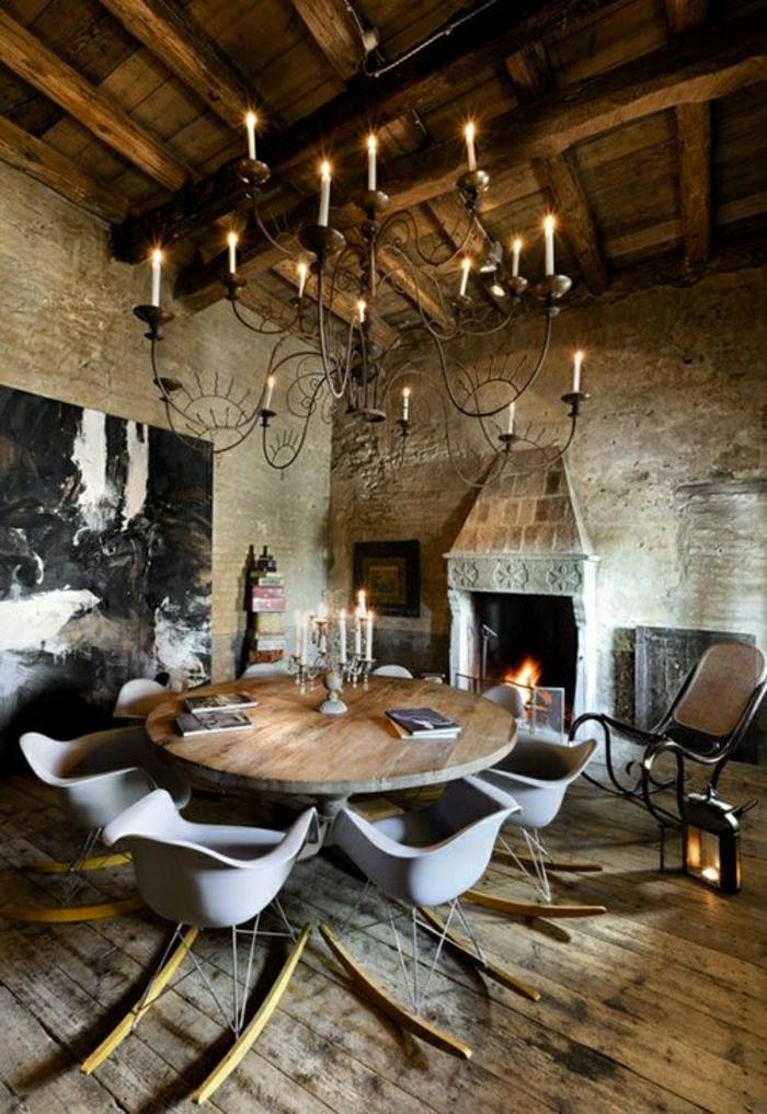 chaise-berçante-chaise-plastique-salle-de-séjour-vaste-lustre-rustique-ambiance-rustique