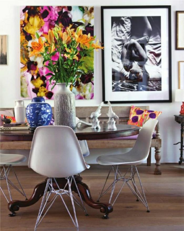 chaise-blanche-chaise-plastique-table-en-bois-de-salon-peintures-murales