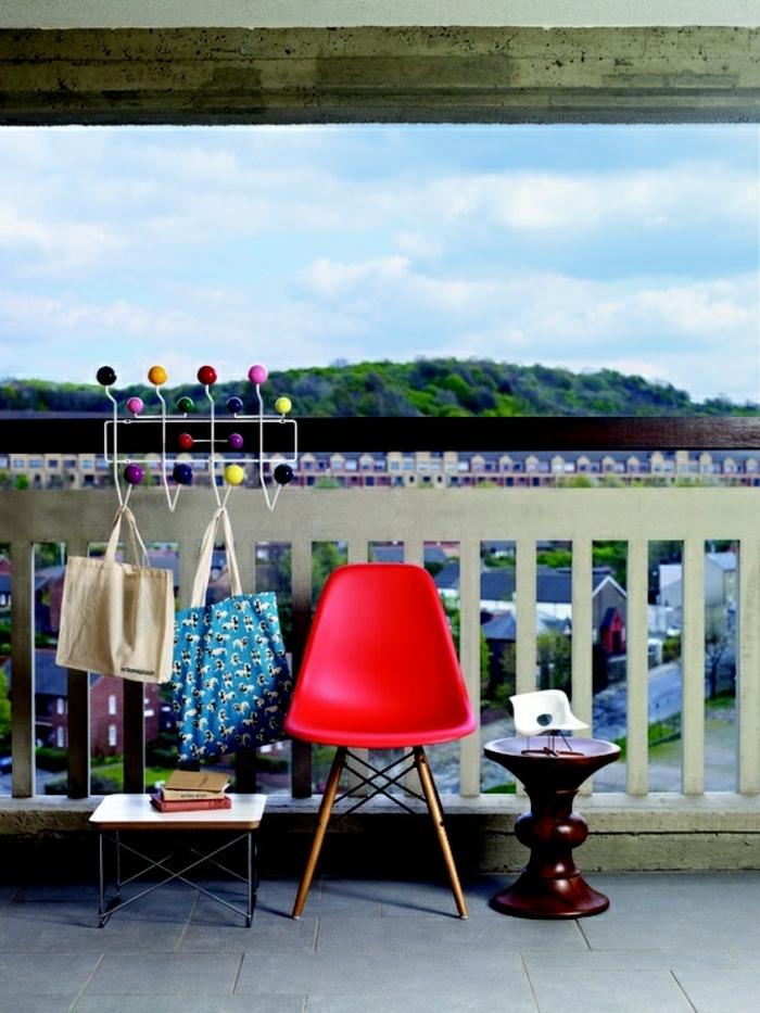 chaise-d-extérieur-en-plastique-rouge-chaise-de-jardin-rouge-terrasse-en-bois