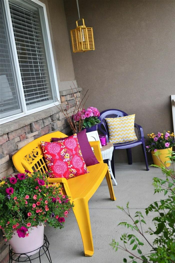 chaise-de-jardin-plastique-jaune-violet-fleurs-cour-maison-fleurs