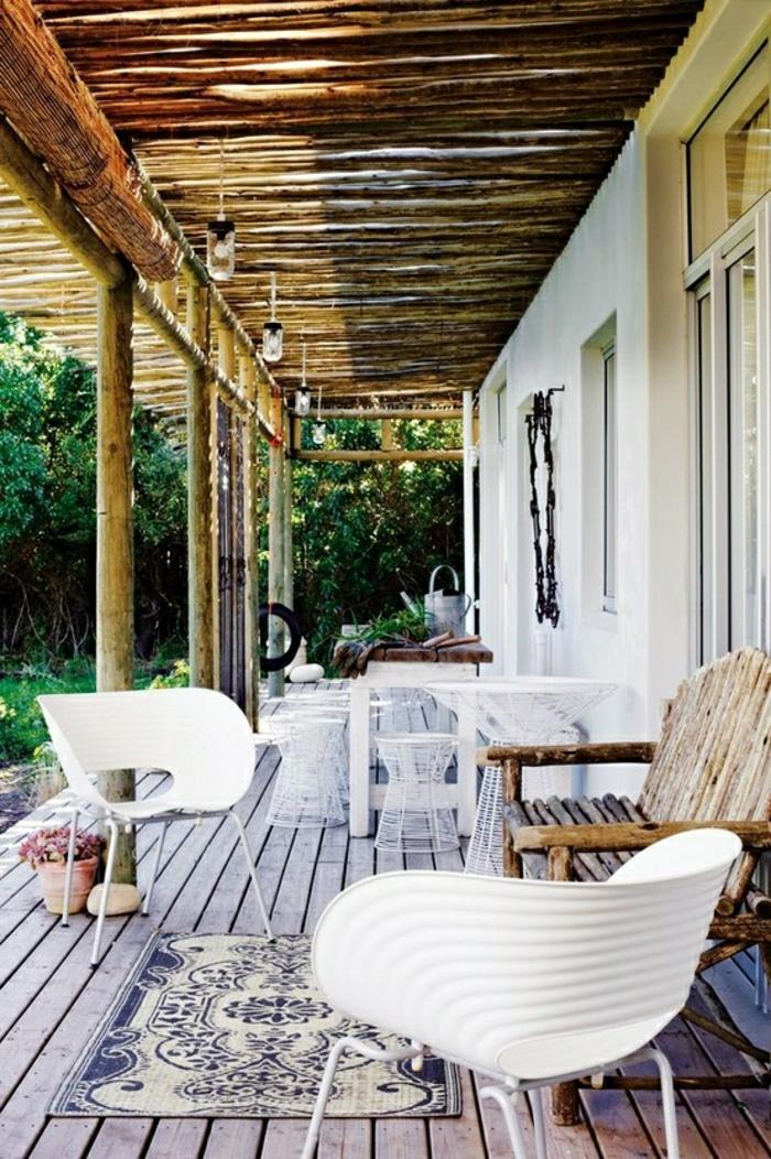 chaise-de-jarin-plastique-blanc-sol-plancher-véranda-maison-tapis-fleurs-plantes-vertes-jardin