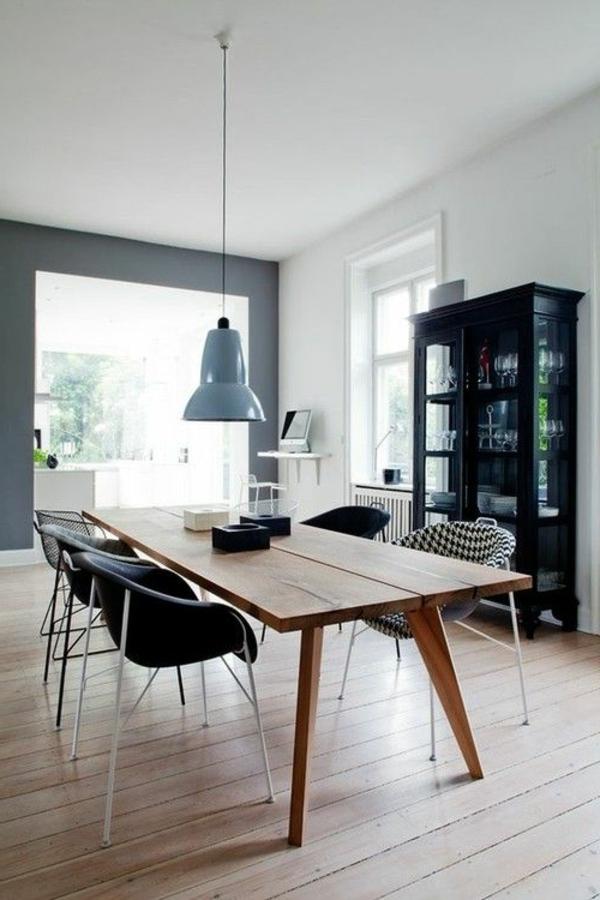 chaise-de-salle-à-manger-aménagement-bois-table-lustre-armoire-noir