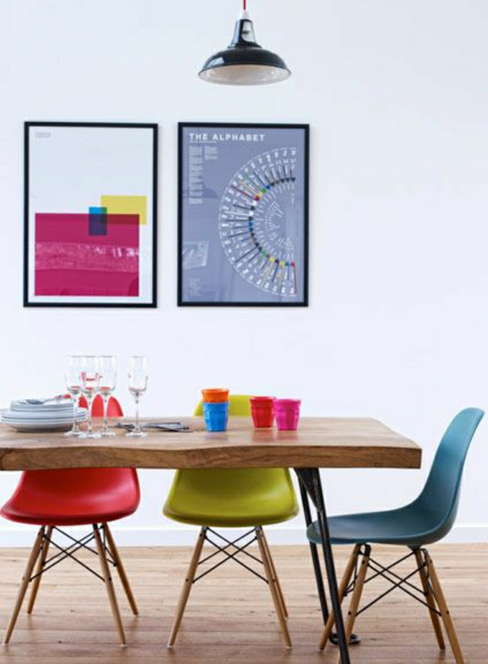 chaise-de-salon-coloré-bleu-vert-table-en-bois-salle-de-séjour-peintures