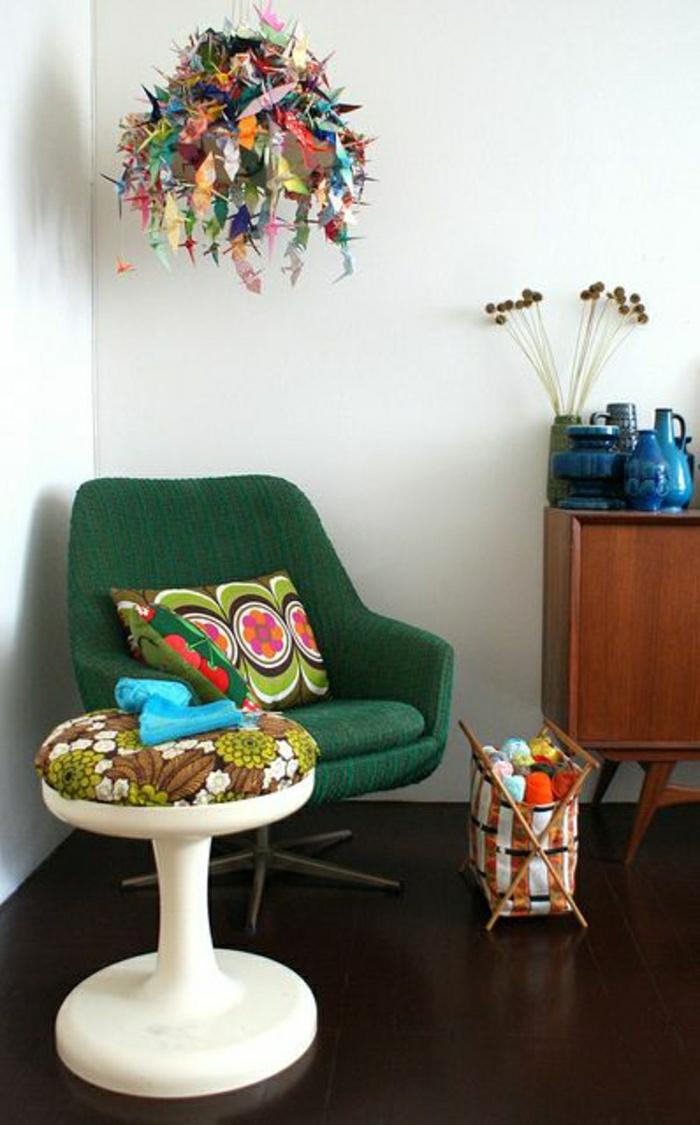 chaise-plastique-blanche-sol-en-lin-marron-chaise-verte-meubles-deco-idée