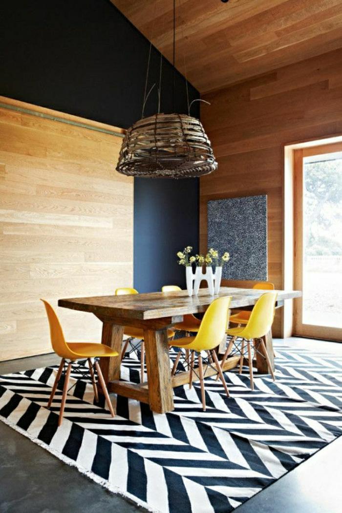 chaise-plastique-jaune-table-en-bois-table-de-salle-de-séjour-tapis-blanc-noir