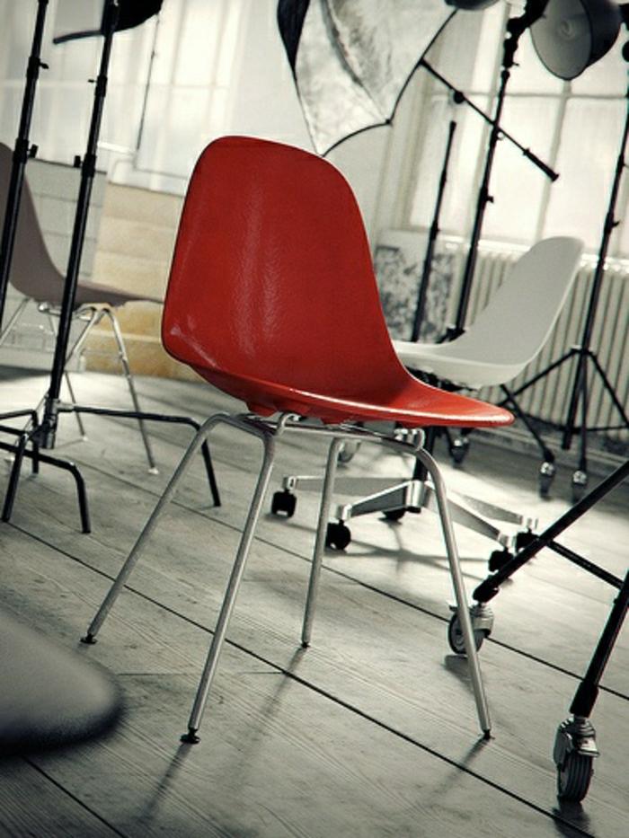 chaise-plastique-rouge-intérieur-sol-en-bois-deco-moderne-meubles-industriels