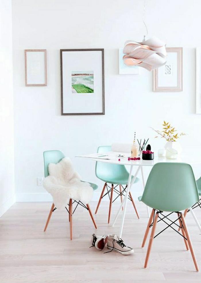 chaise-plastique-table-en-bois-fleurs-peintures-murs-blancs