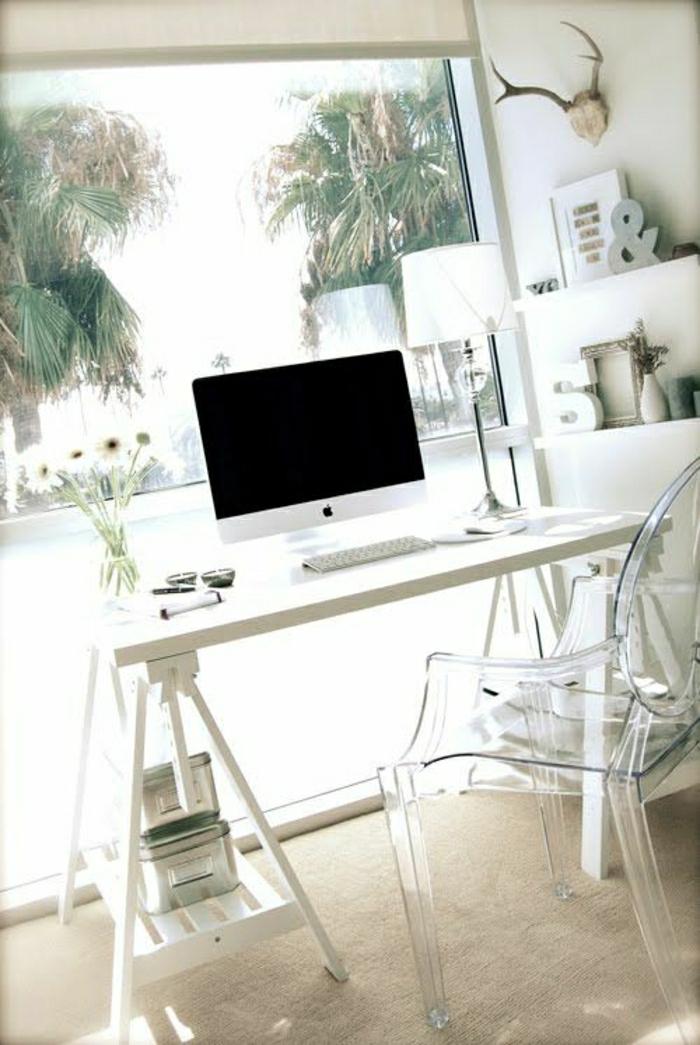 chaise-plastique-transparente-bureau-blanc-en-bois-computer
