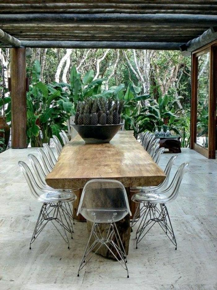 chaise-plastique-transparente-table-de-jardin-en-bois-plantes-vertes