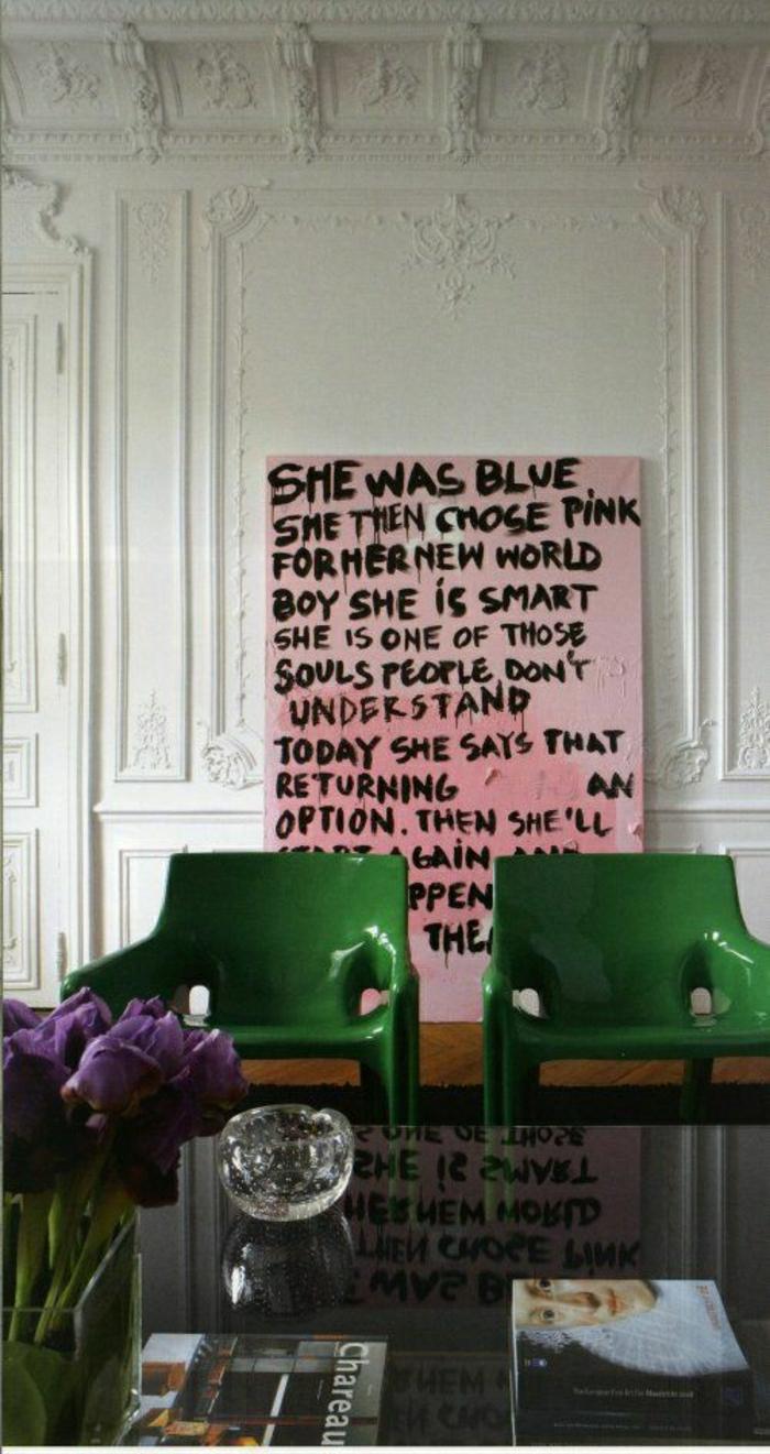 chaise-plastique-verte-fleurs-sur-la-table-de-salon-table-noire-dans-le-salon