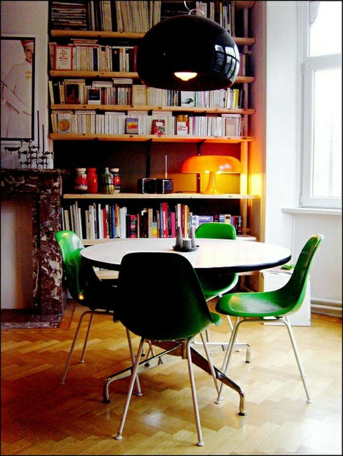 chaise-plastique-verte-salle-de-séjour-moderne-plein-de-lumière