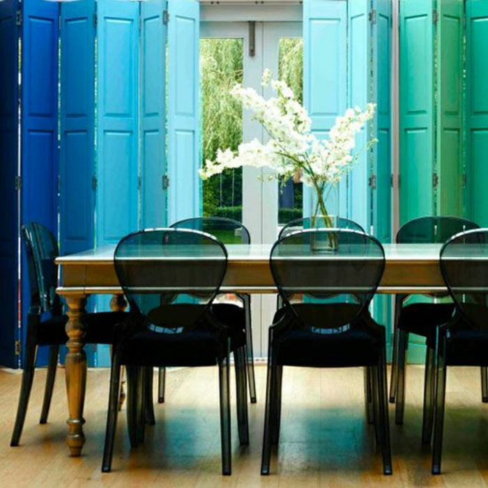 chaise-transparente-en-plastique-noir-fleurs-blanches-salle-de-séjour
