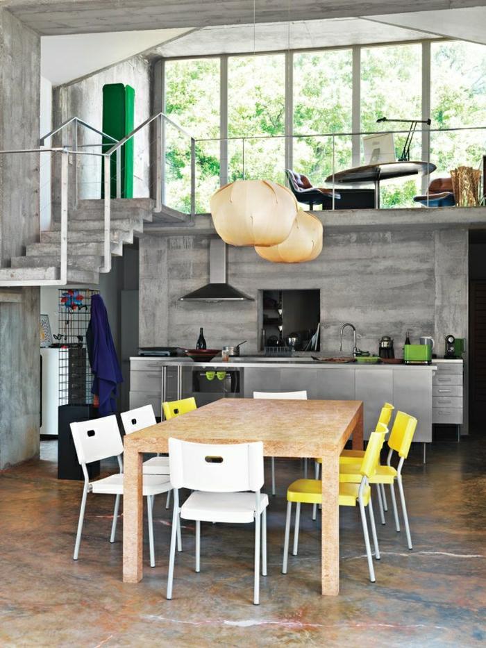 chaises-colorées-jaune-blanc-table-en-bois-vaste-salle-de-séjour