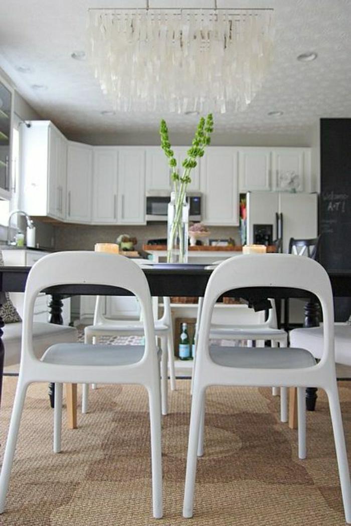 chaises-plastiques-cuisine-salle-de-séjour-moderne-de-style-moderne-lustre-luxe-plantes-vertes