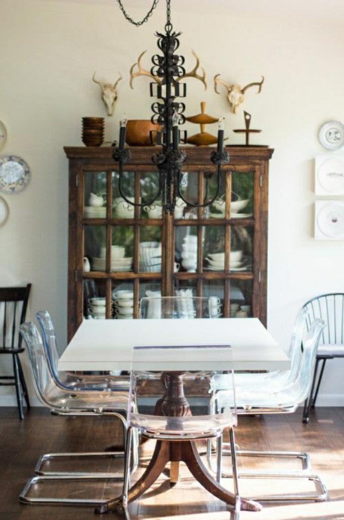 chaises-plastiques-cuisine-salle-de-séjour-moderne-de-style-rustique