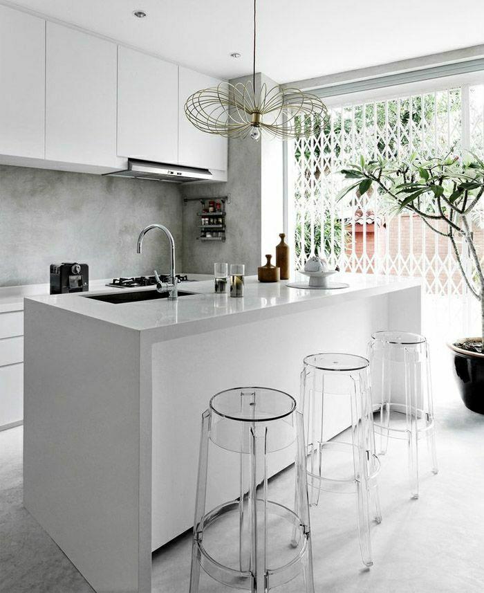 chaises-plastiques-de-bar-bra-blanc-cuisine-moderne-plantes-vertes-sol-en-lin