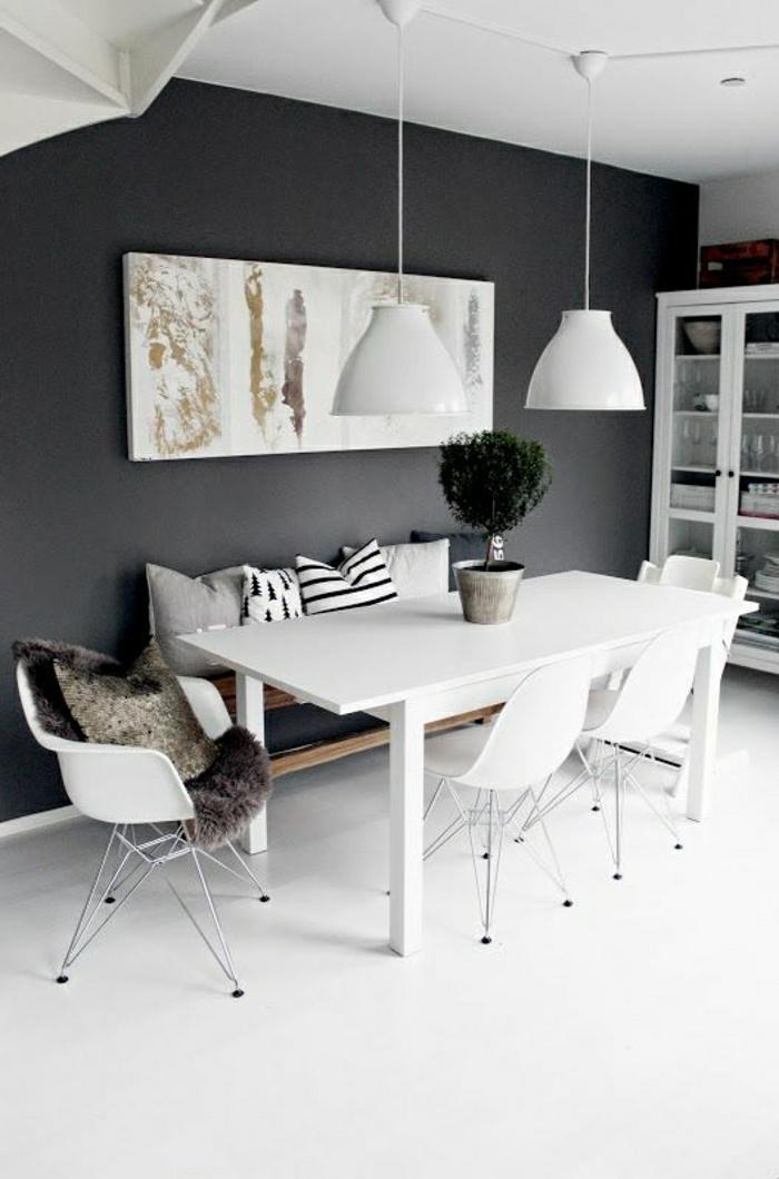 chaises-plastiques-murs-gris-lampe-lustre-blanche-plantes-vertes-banc-dans-la-cuisine