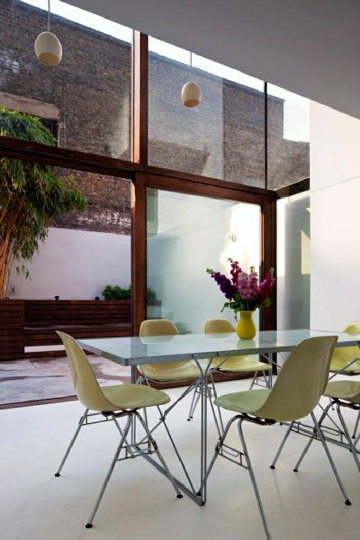 chaises-plastiques-vertes-salle-de-séjour-cuisine-moderne-vaste-chambre