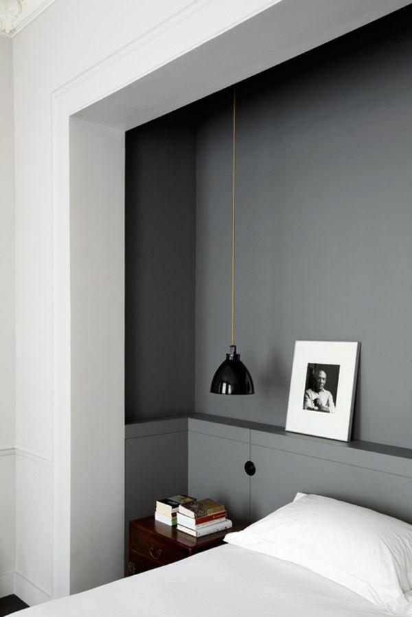 chambre-à-coucher-lampe-design-murs-gris-livres
