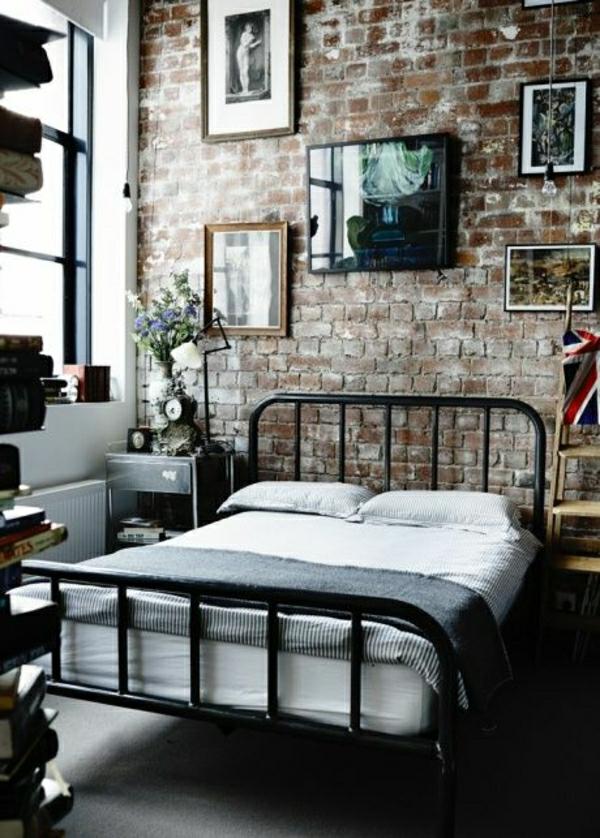 chambre-a-coucher-intérieur-industriel-peintures-fleurs-fenetre-grande-lit-en-fer-noir