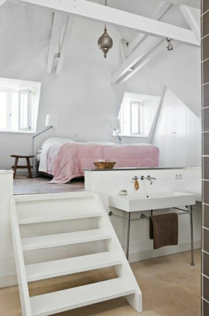 chambre-a-coucher-mansardé-escalier-en-bois-blanc-sol-en-lin-beige-chambre