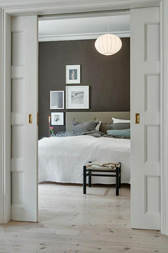 chambre-a-coucher-porte-coulissante-intérieur-moderne-sol-en-parquet-mur-marron
