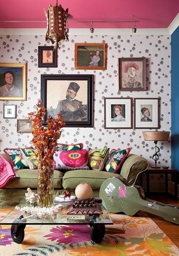 chambre-cocooning-coloré-tapis-coloré-table-basse-en-verre-fleurs-toit-rose