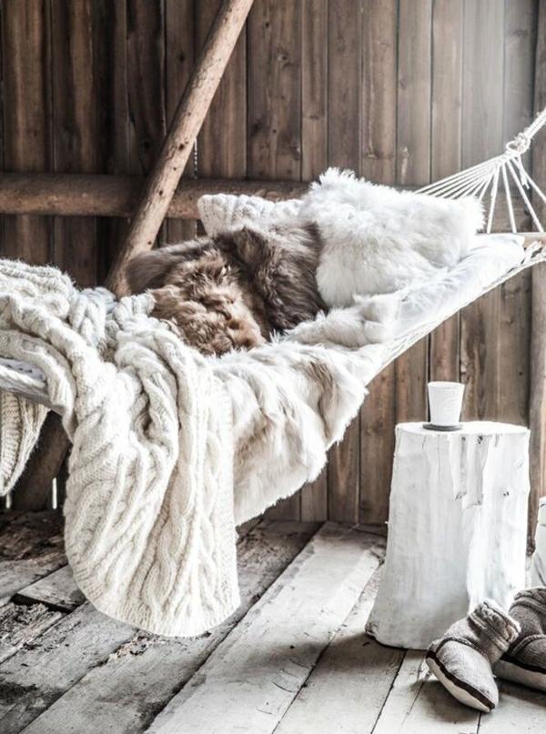 chambre-cocooning-intérieur-rustique-beige-canapés-beiges-hamak