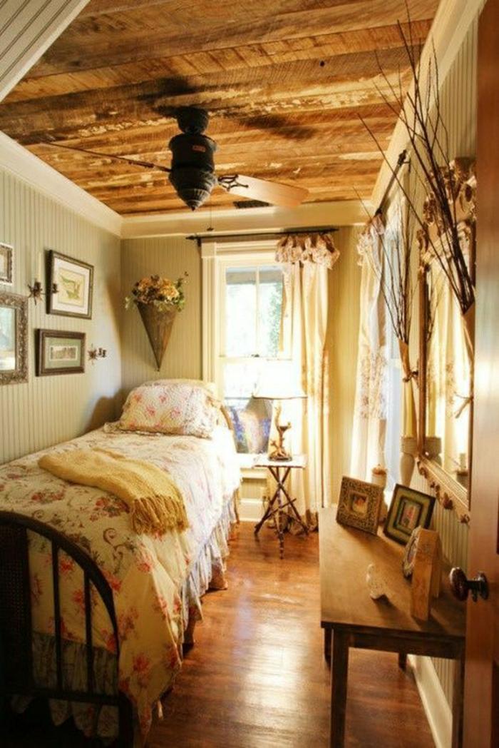 chambre-intérieur-cocooning-lit-chambre-pleine-de-lumière-sol-en-parquet-fenetre