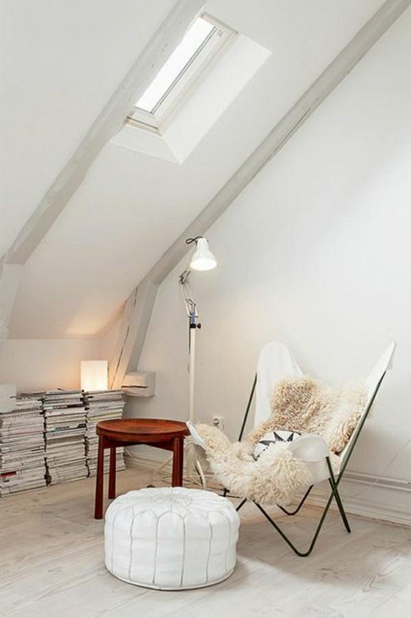chambre-mansardé-chaise-butterfly-murs-blancs-sol-en-parquet-lampe