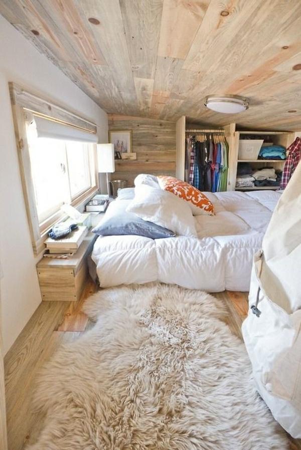 chambre-mansardé-en-bois-tapis-beige-sol-en-parquet-lit-chambre-à-coucher-ambiance-cocooning