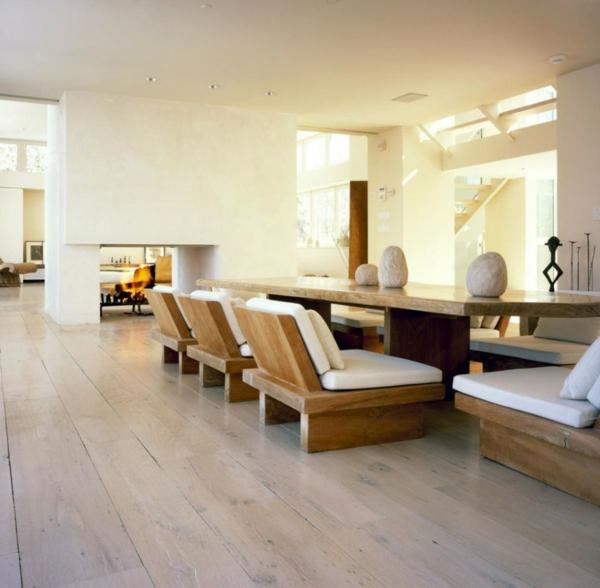 chambre-zen-intérieur-spacieux-grandes-chaises-en-bois