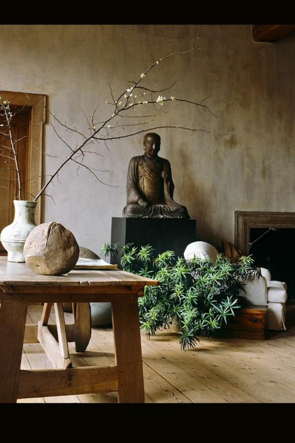 chambre-zen-statuette-bouddha-et-grande-table-en-bois