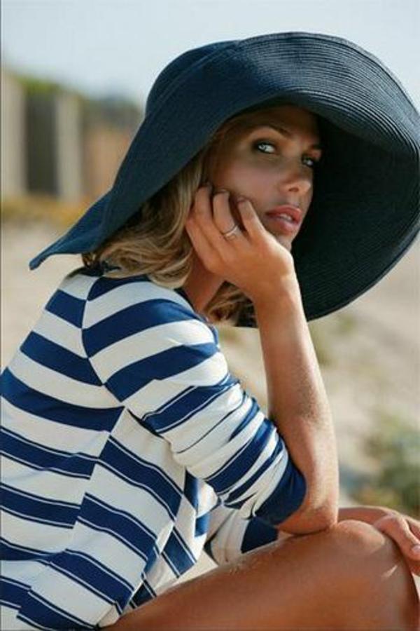 chapeau-de-paille-noir-femme-à-la-plage